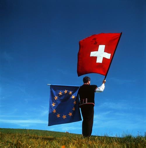 2000 – Ja zu Bilateralen I: Die Schweiz und die EU nahmen Ende 1994 Verhandlungen auf für den Abschluss von sektoriellen Abkommen. Am 21. Juni 1999 konnten sieben Abkommen abgeschlossen werden: Freizügigkeit, technische Handelshemmnisse, öffentliche Aufträge, Landwirtschaft, Landverkehr, Luftverkehr und Forschung. Das Volk stimmte diesen Bilateralen I am 21. Mai 2000 mit 67,2 Prozent Ja-Stimmen zu. Die Stimmbeteiligung lag bei 48 Prozent. (Bild: Keystone/Martin Ruetschi)