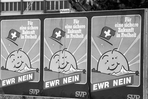 1992 – Nein zum EWR: Am 6. Dezember 1992 lehnte die Schweizer Bevölkerung den Beitritt zum Europäischen Wirtschaftsraum (EWR) hauchdünn ab. 50,3 Prozent sagten Nein, die Stimmbeteiligung lag bei 79 Prozent. Der EWR ist ein Freihandelsabkommen zwischen der EU und den Efta-Staaten Norwegen, Liechtenstein und Island. Das Nein zum EWR begründete in der Folge den Aufstieg der SVP zur grössten Partei der Schweiz. (Bild: Keystone)