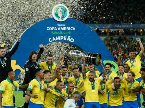 Die Brasilianer feiern ihren Triumph (Bild: KEYSTONE/AP/VICTOR R. CAIVANO)