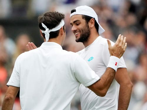 Der Italiener nahm die klare Niederlage sportlich: Mit einem Lächeln gratuliert er Federer zum Sieg (Bild: KEYSTONE/EPA/NIC BOTHMA)