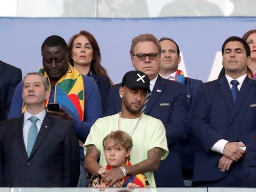 Neymar verfolgt das Geschehen mit Sohn David Lucca von der Ehrentribüne aus (Bild: KEYSTONE/EPA EFE/FERNANDO BIZERRA)