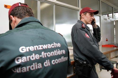 2005 – Ja zu Bilateralen II: Ab Juni 2002 verhandelten die Schweiz und die EU zehn weitere Dossiers, darunter etwa das Assoziierungsabkommen Schengen/Dublin, die Zinsbesteuerung (heute automatischer Informationsaustausch) und die Bildung. Am 26. Oktober wurden diese Verhandlungen, die als Bilaterale II bekannt sind, unterzeichnet. Das fakultative Referendum wurde nur gegen Schengen/Dublin ergriffen. Am 5. Juni 2005 nahm das Volk die Vorlage mit 54,6 Prozent Ja an. (Bild: Keystone/Fabrice Coffrini)