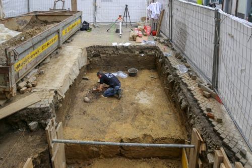 ... von rund 19 Quadratmetern wird für einen Unterflurbehälter ausgegraben. (Bild: Raphael Rohner)
