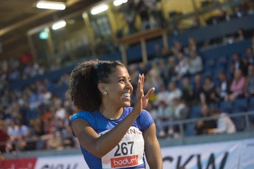 Mujinga Kambundji jubelt über ihren 3. Platz beim 200m Rennen. (Bild: Pius Amrein. Luzern, 9. Juli 2019)