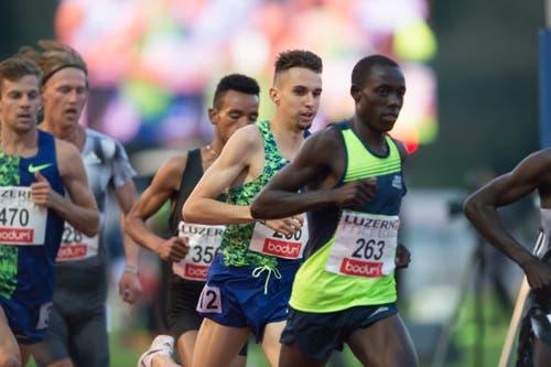 Julien Wanders (Zweiter von rechts) läuft beim 3000m Rennen auf Rang 3. (Bild: Pius Amrein. Luzern, 9. Juli 2019)