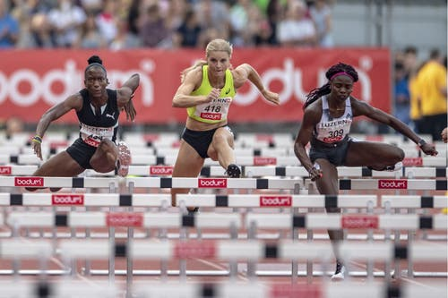 Janeek Brown, Oayton Chadwick und Tobi Amusan (von links) beim 100m Hürden-Rennen der Frauen. (KEYSTONE/Urs Flueeler)