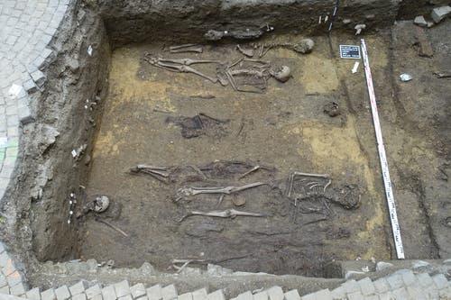 ... kamen über 60 Gräber zum Vorschein. Der Platz mit einer Fläche... (Bild: KASG)