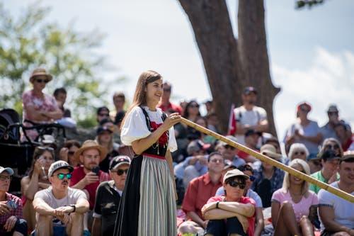 Das Rütli ist auch immer ein guter Ort, um Traditionen zu pflegen. Hier wartet Lisa Stoll lächelnd auf ihren Auftritt mit dem Alphorn. (Bild: Nadia Schärli, Rütli, 1. August 2019)
