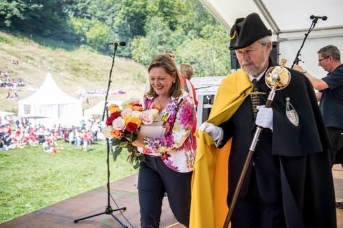 Bei so einer Bundesfeier darf natürlich auch die Politik-Prominenz nicht fehlen: Heidi Z'graggen nach ihrer Rede mit einem Blumenstrauss. (Bild: Nadia Schärli, Rütli, 1. August 2019)