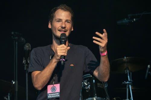 SRF3-Moderator Philip Wiederkehr führte im Elchzelt und auf der Hauptbühne durch den Abend. (Bild: Sascha Erni)