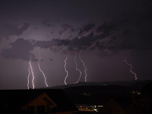 Mächtige Blitzeinschläge erhellen die Nacht, fotografiert in St.Erhard Richtung Luzern. (Bild: Herbert Zurbuchen, 9. August 2019)