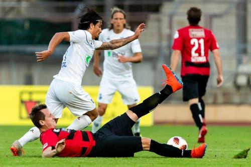 Kriens (Igor Tadic am Boden) kommt gegen Lausannes Cameron Puertas einen Schritt zu spät. (Bild: Pascal Muller / Freshfocus, Lausanne, 10. August 2019)