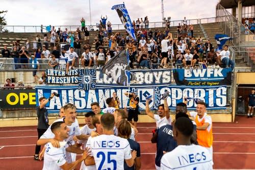 Die Lausanne-Spieler lassen sich nach dem Match feiern. (Bild: Pascal Muller / Freshfocus, Lausanne, 10. August 2019)