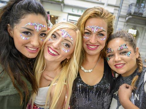 Liebe zum Detail: Diese Besucherinnen legen Wert aufs Make up. (Bild: KEYSTONE/MELANIE DUCHENE)