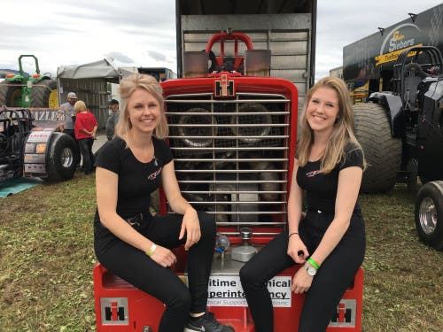 Nicht nur Männer lassen sich für den Motorsport begeistern: Auch unter den Traktorfahrern gibt es einige Frauen - beispielsweise die beiden Geschwister Naomi (17) und Manon Kools (25) aus Holland. (Bild: Julian Spörri, Knutwil, 10. August 2019)