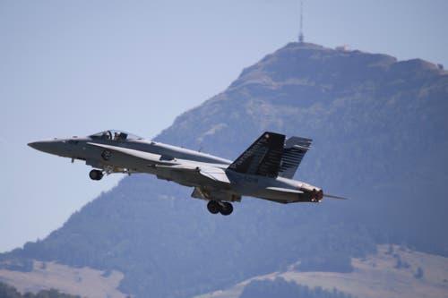 Start einer F/A-18 in Emmen und im Hintergrund die Rigi. (Bild: Xaver Husmann, 9. August 2019)