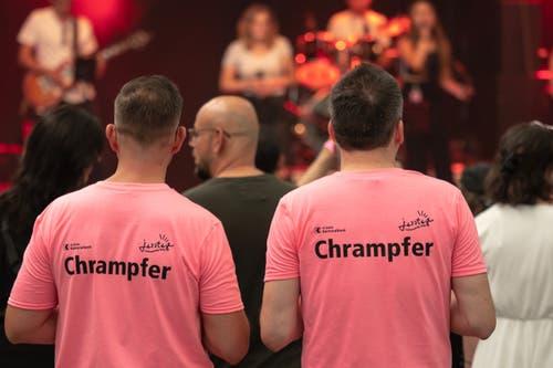 Die freiwilligen Helfer fielen mit ihren «Chrampfer»-T-Shirts auf. (Bild: Sascha Erni)