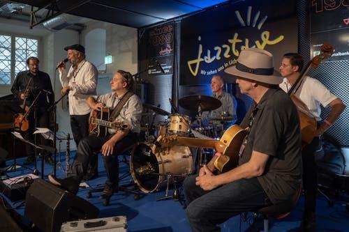 Stephan Holstein presents Django's Castle an den 31. Jazztagen Lichtensteig. (Bild: Sascha Erni)