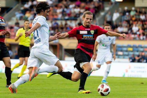 Kriens-Spieler Liridon Berisha (rechts) gegen Lausannes Cameron Puertas. (Bild: Pascal Muller / Freshfocus, Lausanne, 10. August 2019)