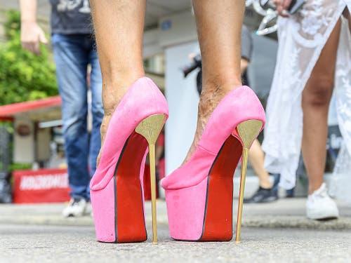 Tanzen auf solchen Schuhen wird zum Balanceakt. (Bild: KEYSTONE/MELANIE DUCHENE)