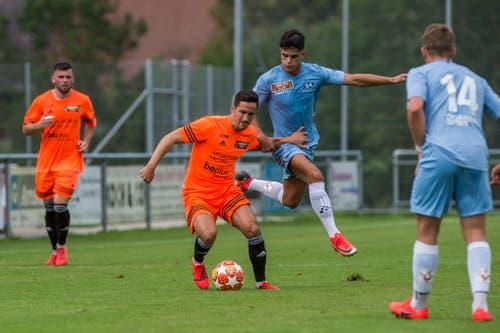 Schötz-Spieler Samir Boussaha behauptet sich gegen den Zuger Yunus Emre Sahin. (Bild: Dominik Wunderli, Schötz, 10. August 2019)