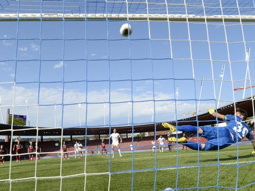 Eine Schlüsselszene: Mimoun Mahi hämmert seinen Penalty an die Latte. Xamax' Goalie Laurent Walthert wäre längst geschlagen gewesen (Bild: KEYSTONE/WALTER BIERI)