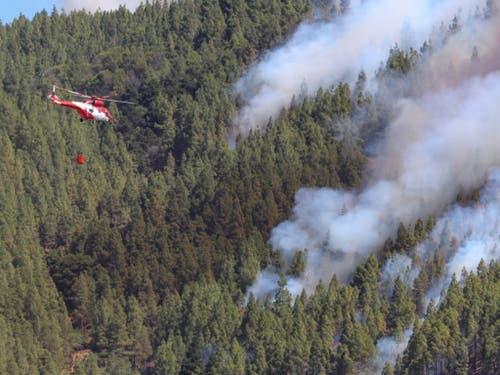 Ein Löschhelikopter im Einsatz gegen das Feuer in den Wäldern der Kanareninsel Gran Canaria. (Bild: KEYSTONE/EPA EFE/ELVIRA URQUIJO A.)