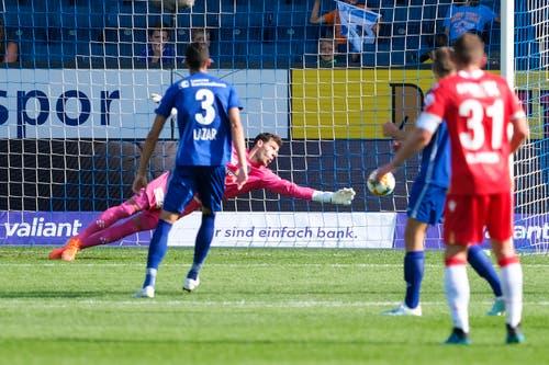 Torhüter Marius Müller streckt sich nach dem Ball. (Bild: Martin Meienberger/freshfocus, Luzern, 11. August 2019)