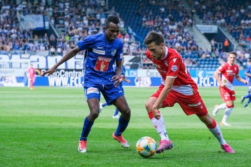 FCL-Neuverpflichtung Ibrahima Ndiaye im Zweikampf mit Sven Joss. (Bild: Martin Meienberger/freshfocus, Luzern, 11. August 2019)