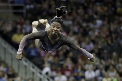 Die 22-jährige Amerikanerin stand bei den amerikanischen Meisterschaften in Kansas City als erste Frau der Welt am Boden einen gehockten Doppelsalto mit drei Schrauben... (Bild: Charlie Riedel)