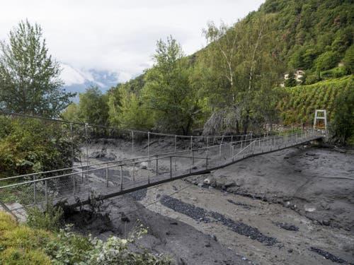 Auch die Hängebrücke für Fussgänger wurde beschädigt. (Bild: Keystone/JEAN-CHRISTOPHE BOTT)