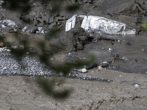 Im Schlamm sind die Überreste eines Fahrzeugs zu erkennen. (Bild: Keystone/JEAN-CHRISTOPHE BOTT)