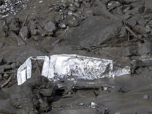 Das Wrack eines Fahrzeugs in den Schlammmassen. (Bild: Keystone/JEAN-CHRISTOPHE BOTT)