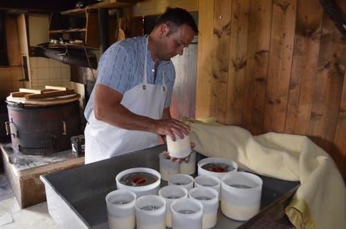Die frische Käsemasse wird ausgepresst und dann gewendet.