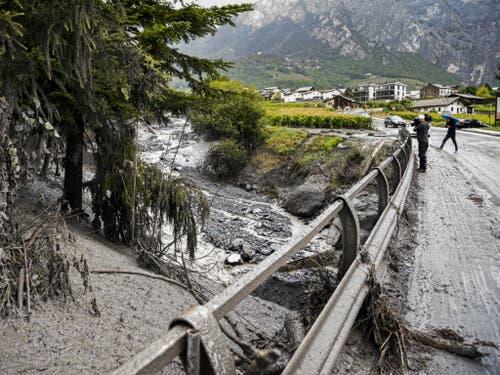 Der Fluss trat über die Ufer und riss ein Auto mit zwei Menschen mit. (Bild: Keystone/JEAN-CHRISTOPHE BOTT)