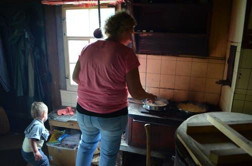 Sennin Monika Rusch bereitet das Mittagessen vor.