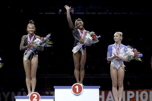 Die strahlende Siegerin Simone Biles (Mitte) mit der zweitplatzierten Sunise Lee (links) und der drittplatzierten Grace McCallum. (Bild: Charlie Riedel)
