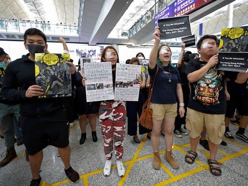 Wegen Protesten ist der Flughafen in Hongkong lahmgelegt. (Bild: KEYSTONE/AP/VINCENT THIAN)