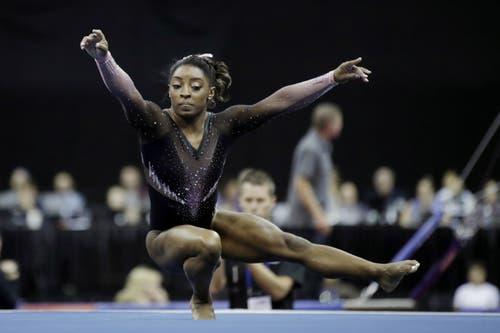 Simone Biles absolviert ihre Bodenübung während dem Wettkampf in Kansas City. (Bild: Charlie Riedel)