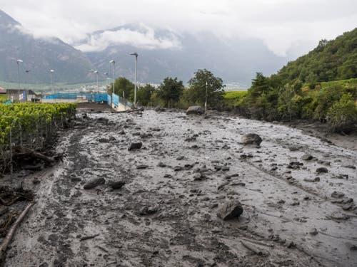 Der wild gewordene Fluss hinterliess eine Schneise der Zerstörung. (Bild: Keystone/JEAN-CHRISTOPHE BOTT)