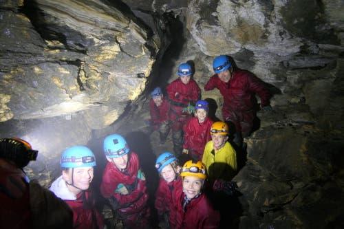 Gruppenfoto mitten in der Höhle – genial! (Bild: Zéline Odermatt, Melchsee-Frutt, 7. August 2019)