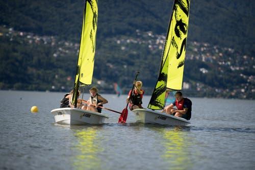Die letzten Meter bis ans Ufer des Lago Maggiore legen die jungen Segler und Seglerinnen mit Hilfe des Paddels zurück. Bild: Corinne Glanzmann (Tenero, 13. August 2019)