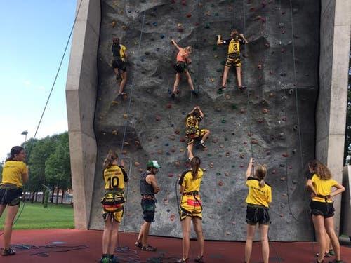 Die Mädchen des Floorball Uri stellen ihre Kletterkünste unter Beweis – aber gut festhalten. (Bild: Floorball Uri, Tenero, 6. August 2019)