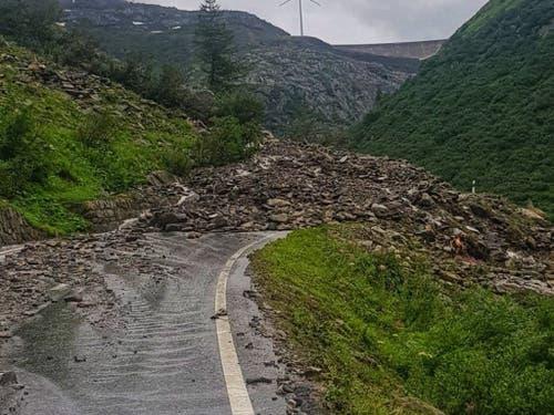 Der starke Regen führte auch auf der Walliser Seite des Nufenenpasses zu einem Erdrutsch, der die Passstrasse verschüttete. (Bild: Vincent Pellissier via @pellissier / best quality available)