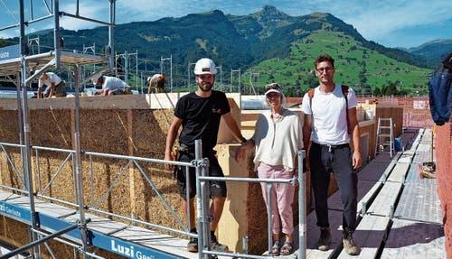 Ein gutes Team: (von links) Lukas Gantenbein, Projektleiter Holzbau, Marie Luisa Nüesch, Stiftungsrätin, und Jan Schmid, Architekt. (Bild: Katharina Rutz)