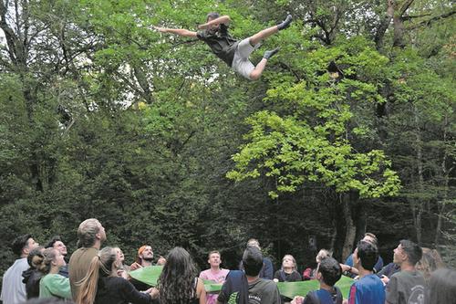 Wer traut sich? Höhenangst scheinen die Buben und Mädchen der Jubla Oberkirch keine zu kennen. (Lagerbild: Jubla Oberkirch, Mariastein, 28. Juli 2019)