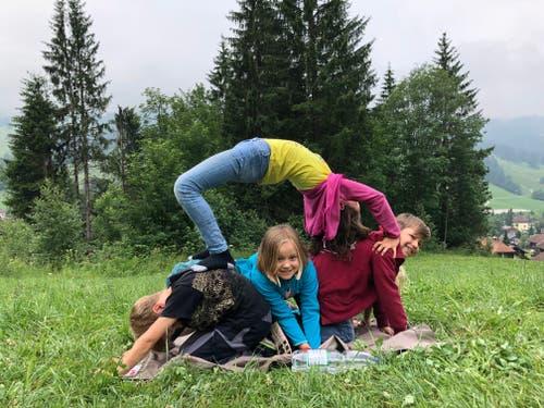 Familie Barbieri und ihre Menschenpyramide. (Lagerbild: Wölfli der Pfadi Pulvertum Ebikon, Wölfli, Sörenberg, 9. Juli 2019)