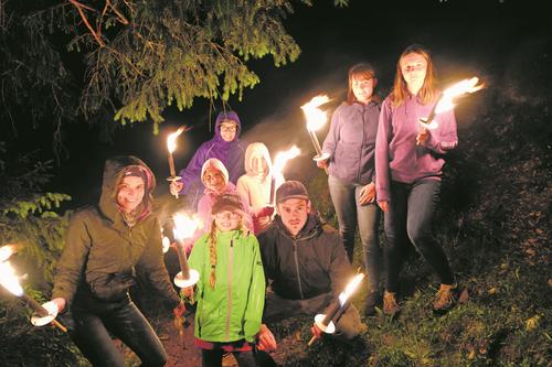 Die Teilnehmer des Ribilagers begehen ihren letzten Abend mit einer nächtlichen Fackeltour. (Lagerbild: Schule Giswil, Giswil, 13. Juli 2019)