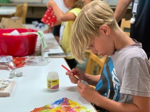 Luca vom Sommerlager Reiden hochkonzentriert beim «Schellen-Ursli»-Glöckchen verzieren. (Bild: Sommerlager Reiden, Zuoz, 1. August 2019)