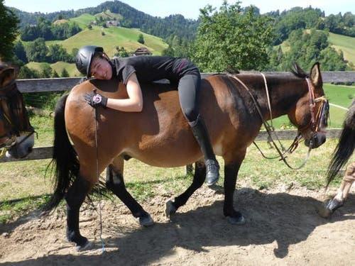 Auch eine Variante: Chiara prüft auf dem Muli Franco alternative Reitmethoden. (Bild: Reitferiencamp mit Maultieren, Willisau, 4. August, 2019)